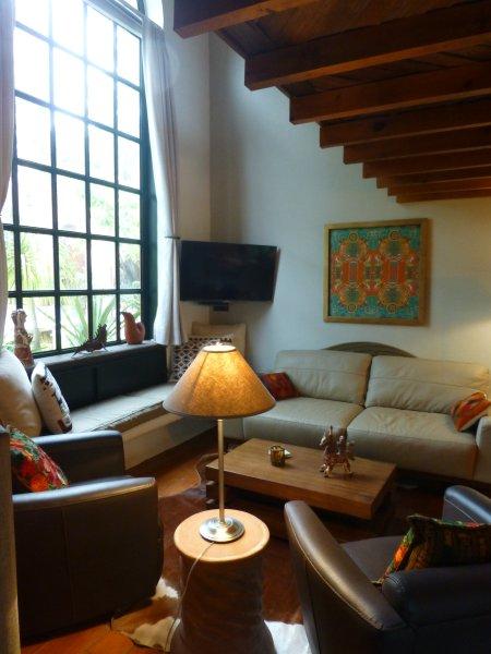 habitación con ventana de 2 pisos y una vista muy bonita en la parte trasera del jardín / césped viviente.