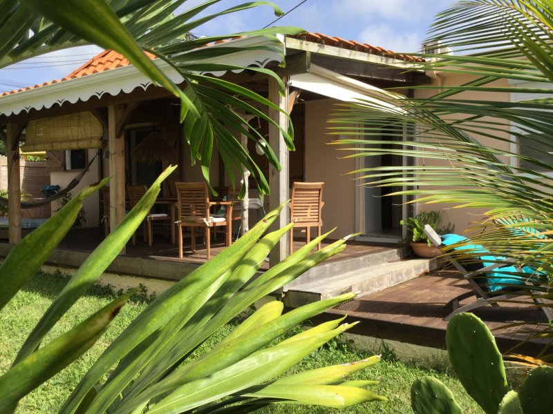 VILLA EUGÈNE ...MINUTES AWAY FROM THE MOST BEAUTIFUL BEACHES ON THE ISLAND!, location de vacances à Sainte-Anne