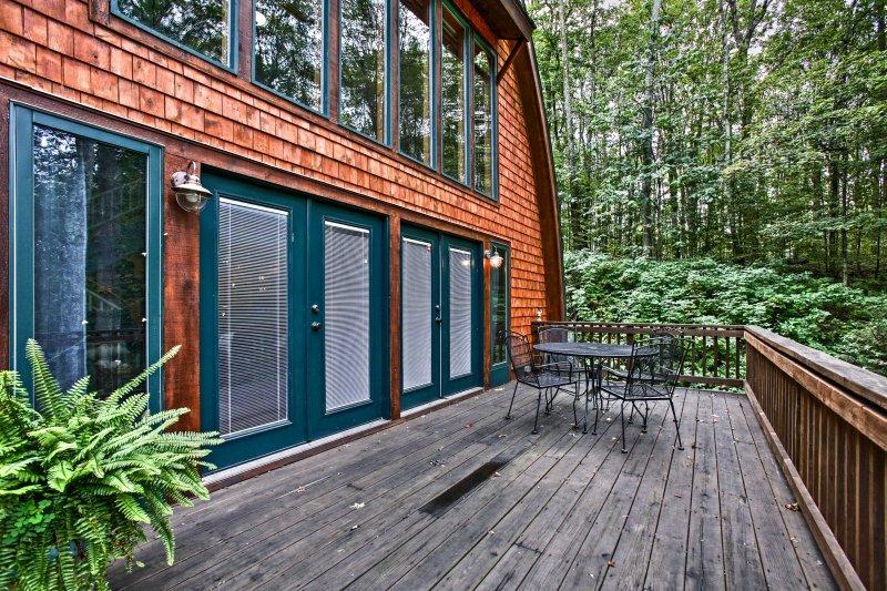 Esta hermosa casa de estilo granero se encuentra en 1.5 acres de bosques aislados.