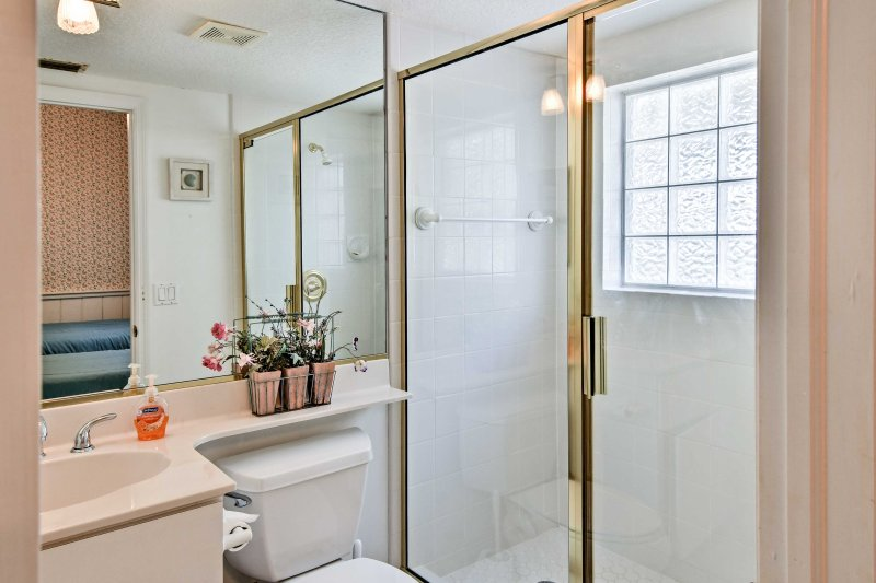 End your perfect beach day with a warm shower in the en-suite bathroom.
