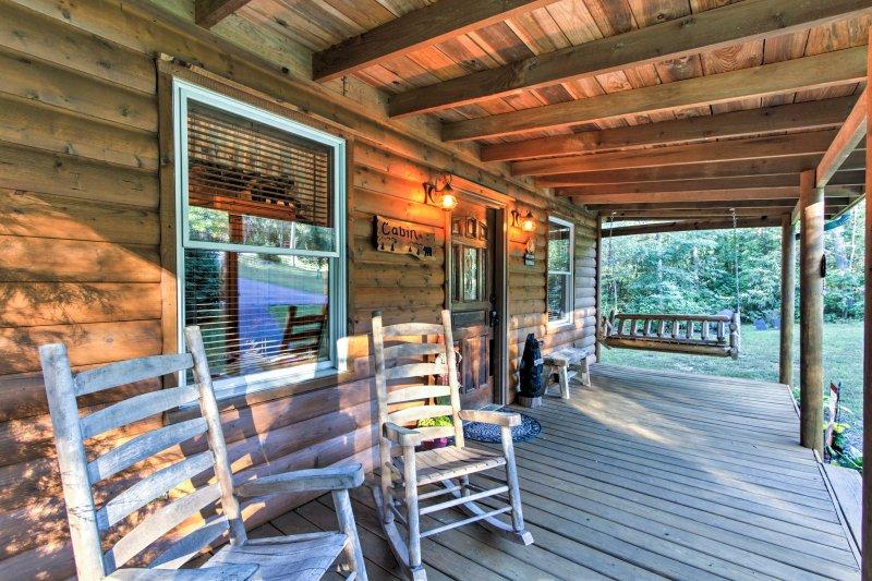 Pet-Friendly Cosby Log Cabin w/ Backyard & Porch!, aluguéis de temporada em Cosby