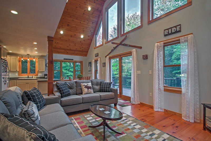 Cozy Home w/Fire Pit near Sunday River Ski Resort!, alquiler de vacaciones en Bryant Pond