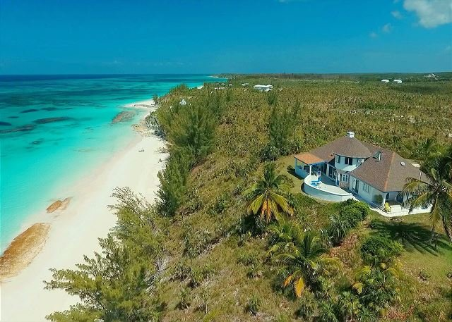 Newly Renovated Beachfront Estate w/ Pool, Privacy, Secluded Pink Beach, casa vacanza a Governor's Harbour