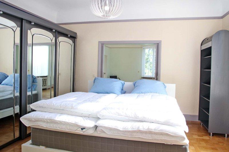 Chambre avec boîte grande et confortable ressort