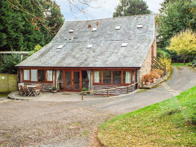 THE OLD STABLES, converted stable, original wooden beams, Upton Bishop 1 mile, holiday rental in Newent