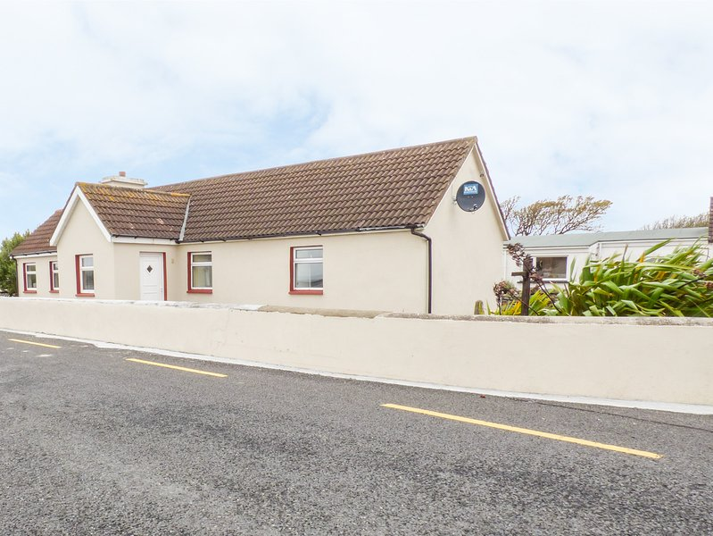 FAILTE COTTAGE, all ground floor, pet friendly, Carrigaholt, Ref. 956080, holiday rental in Carrigaholt