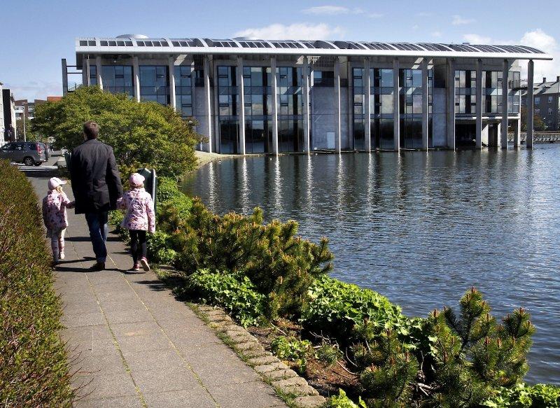 Rathaus von Reykjavik am Ende Tjörnin