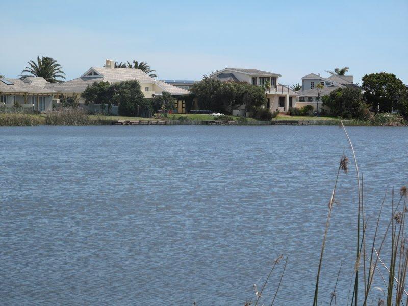 mirando a través del lago en la villa