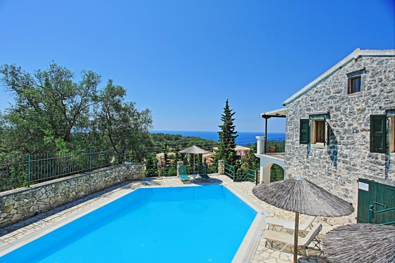 Traditional stone villa with private pool, amazing views and sceneries, location de vacances à Gaios