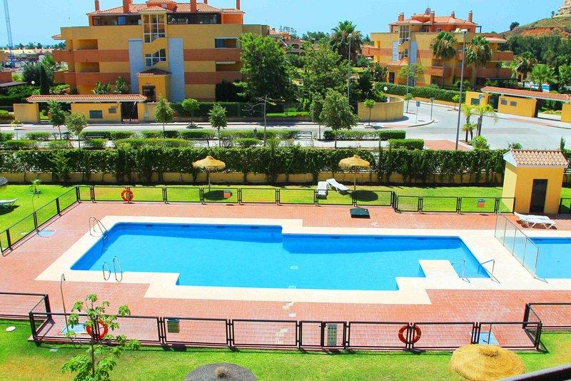 Una vista de la piscina desde el apartamento