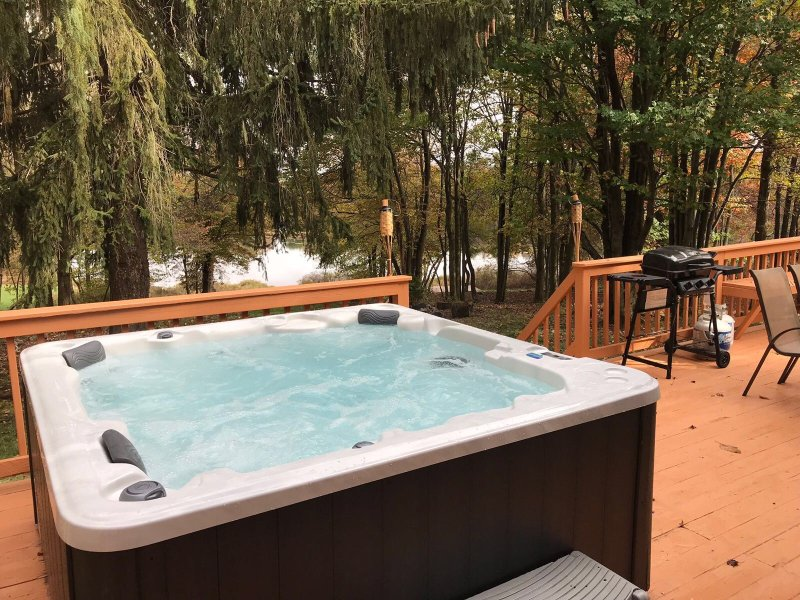 5bdr Lakehouse With Outdoor Jacuzzi Getaway Has Grill And Hot Tub