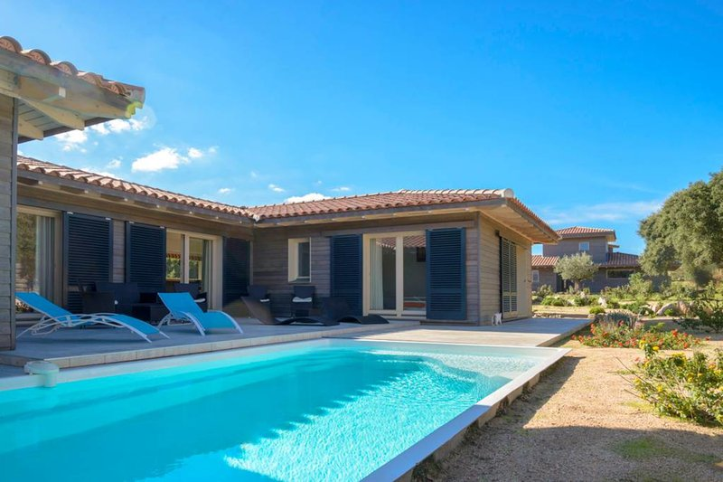 Spacious villa with heated pool pro. beach/mountain, vacation rental in Figari