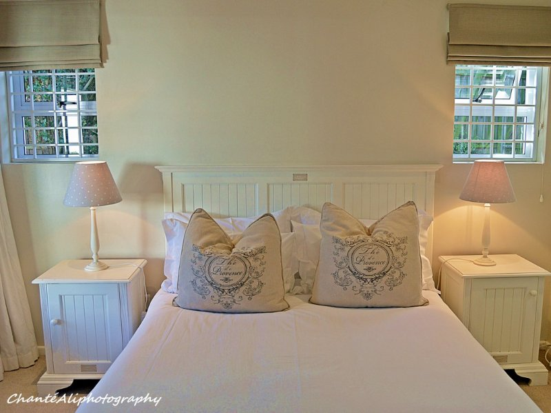 Chambre principale avec 100 pour cent lin coton percale donnant sur le jardin et la piscine.