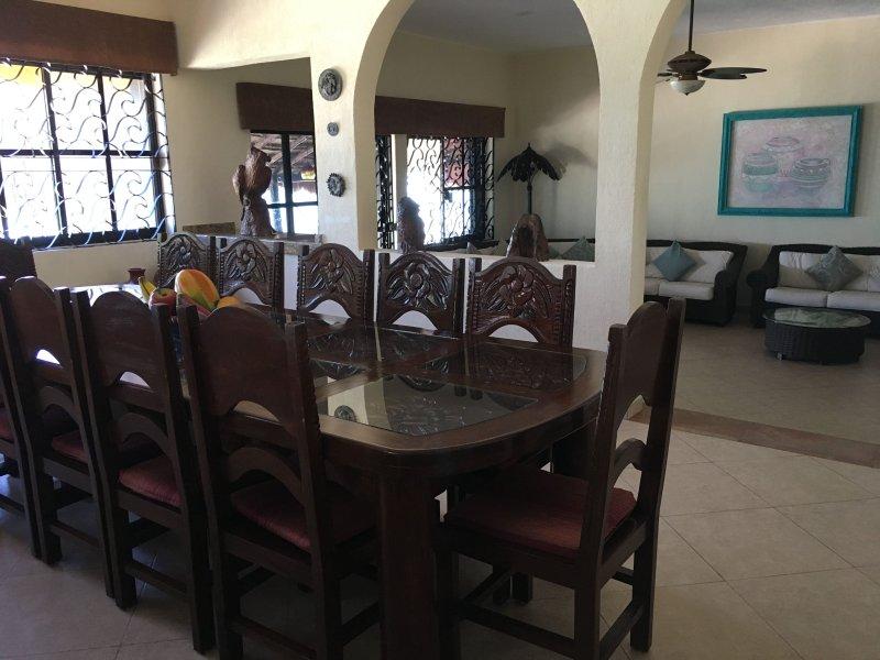 Mesa de comedor con capacidad para 14 personas para que todos puedan comer juntos