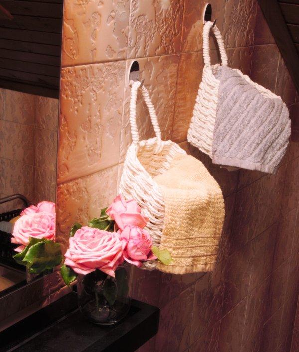 Des fleurs fraîches dans la salle de bain