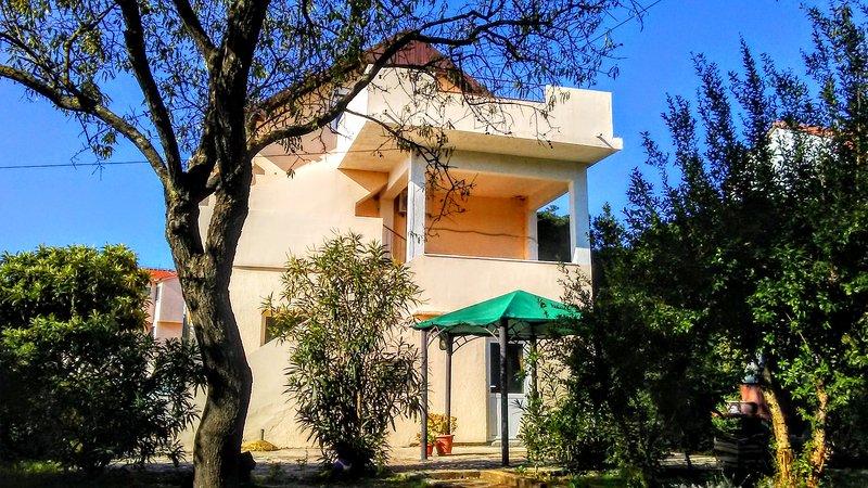 Le dos de notre maison avec une entrée privée dans l'appartement Soleil et mer au 2ème étage.