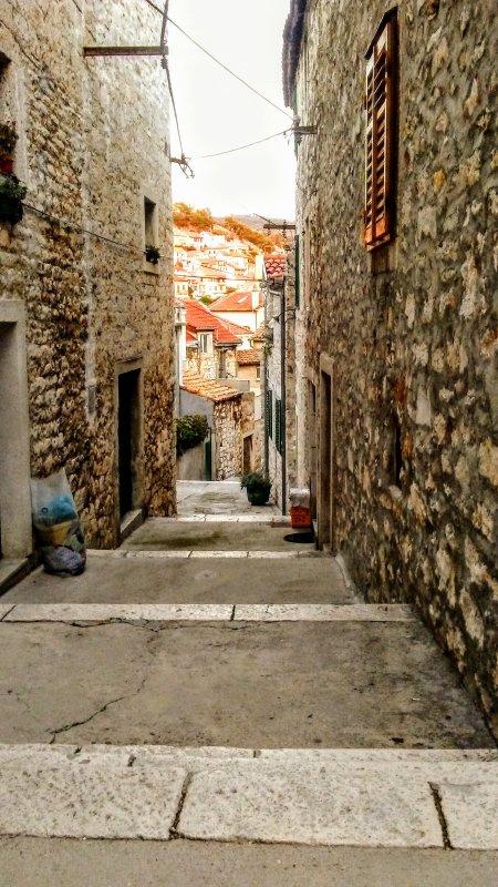 Explorez les rues étroites et pavées de Sibenik.