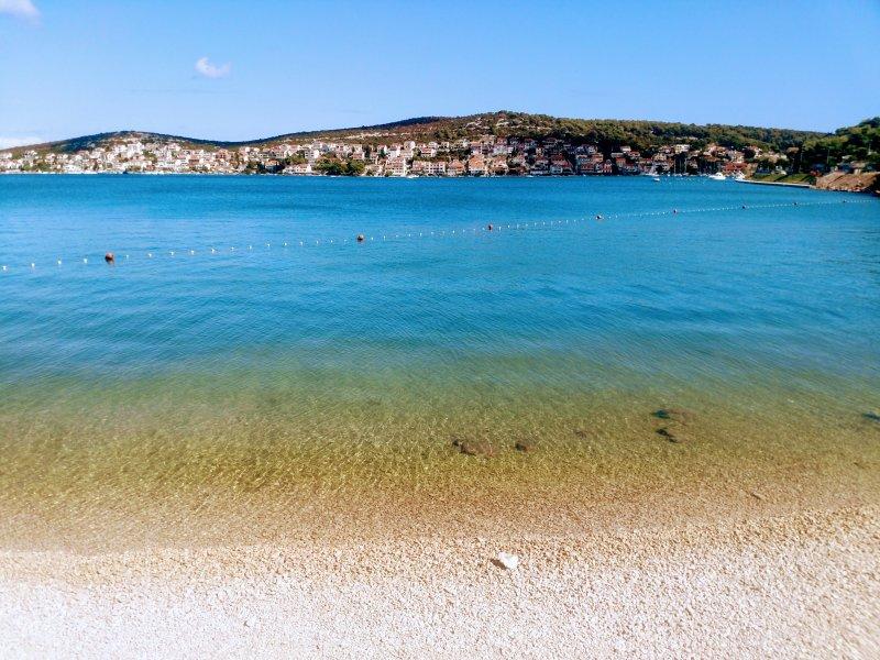 Détendez-vous sur la plage Tisno