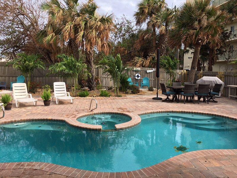 Su jardín vallado privado ofrece piscina climatizada y spa, barbacoa de gas, comedor y espacios ajardinados privados