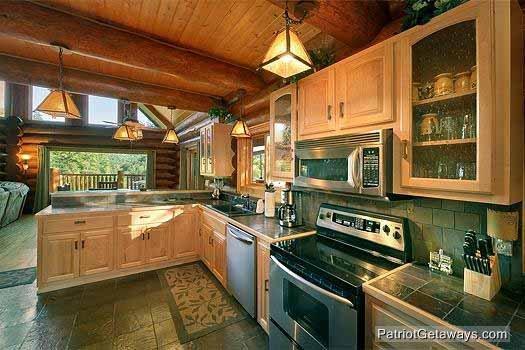 Keuken met roestvrij stalen apparatuur bij Waters Edge Lodge