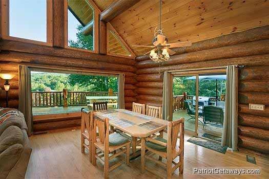 Eetkamer met grote ramen aan Waters Edge Lodge