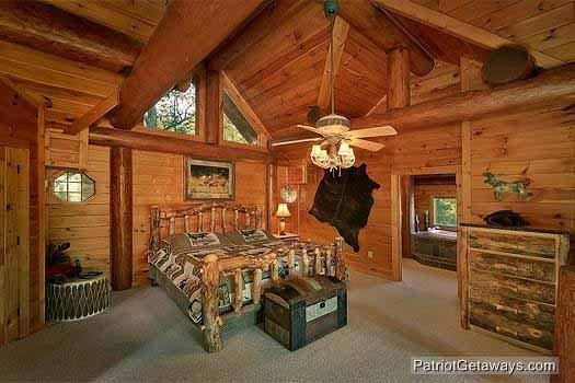 Slaapkamer met log bed at Waters Edge Lodge