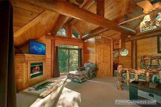 Loft slaapkamer met kingsize bed en jacuzzi bij Waters Edge Lodge