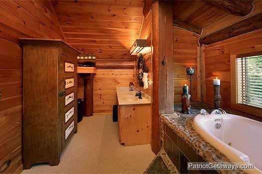 Master Bedroom Ensuite met jacuzzi bij Waters Edge Lodge