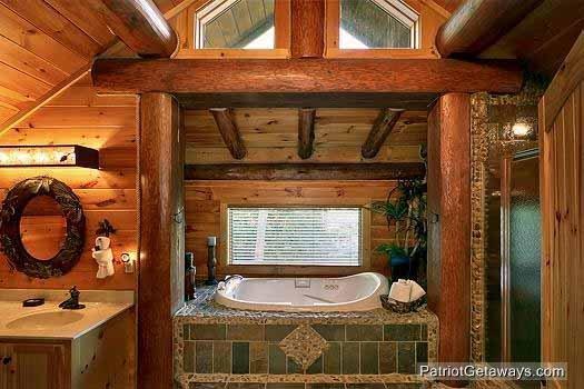 Master Bath Vanity en jacuzzi bij Waters Edge Lodge