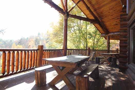 Achterdek met picknicktafel op Waters Edge Lodge