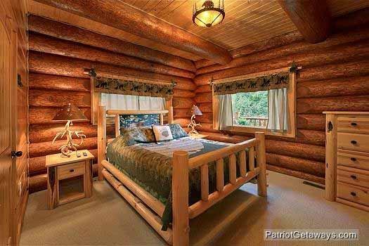 Main Level slaapkamer met Queen Bed at Waters Edge Lodge
