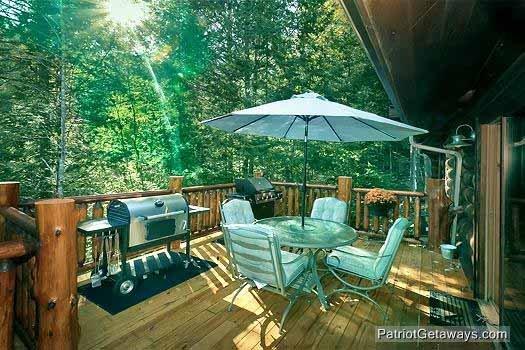 Main Level Deck met grill en een tafel bij Waters Edge Lodge