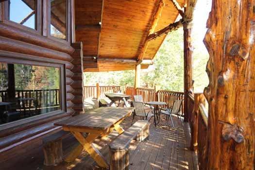 Buiten Main Level Deck at Waters Edge Lodge