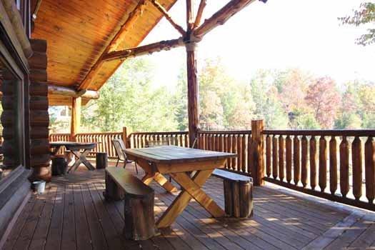 Main Level Deck met picknicktafel bij Waters Edge Lodge
