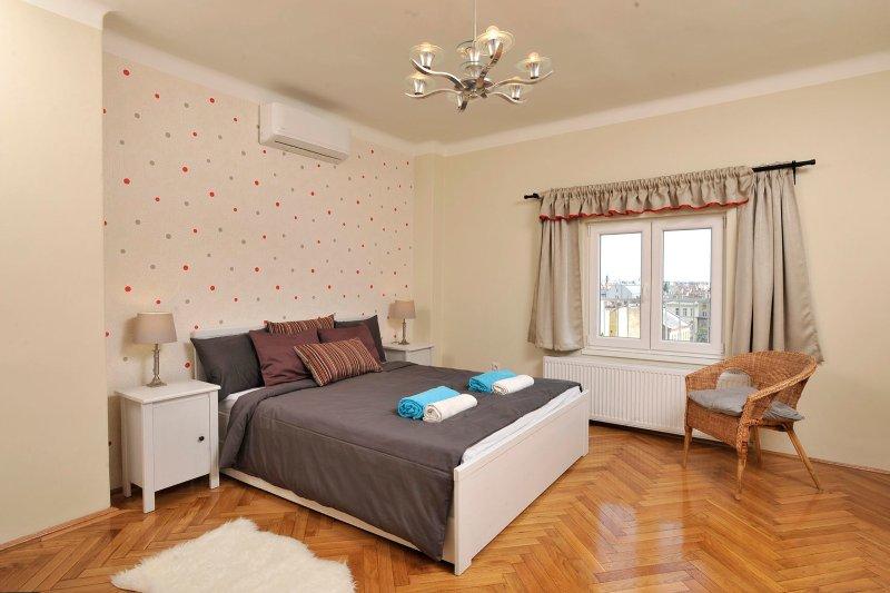 Wir haben ein Queen-Size Bett mit einer sehr bequemen Matratze für die maximalen ...