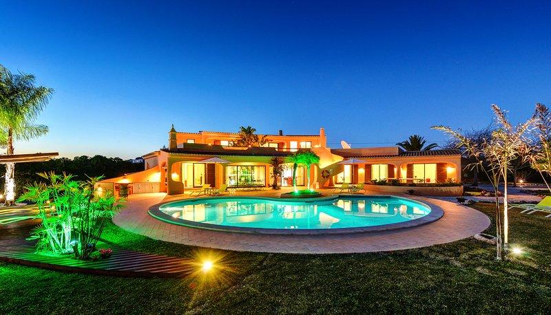 Villa Eagles Nest - Vivenda com Piscina e Zonas Lounge Tropicais, holiday rental in Patroves