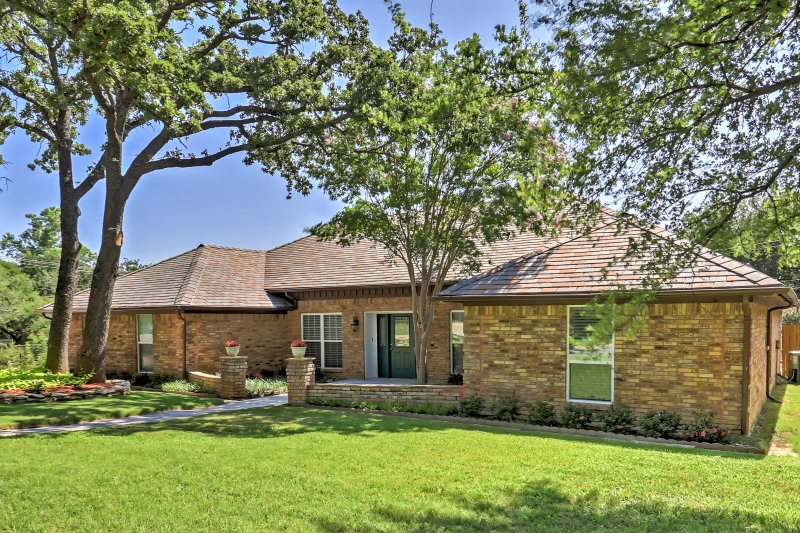 This home is centrally located between Dallas and Fort Worth and is just minutes away from Six Flags, Hurricane Harbor, AT&T Stadium, and much more that will keep you entertained throughout your entire trip.