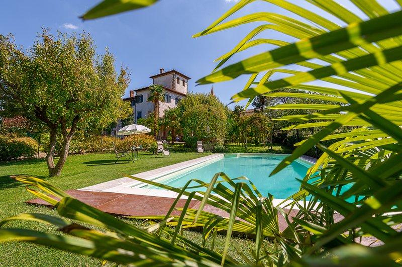 ACCOGLIENTI APPARTAMENTI IN VILLA CON GIARDINO-PARCO E PISCINA, holiday rental in Tregozzano