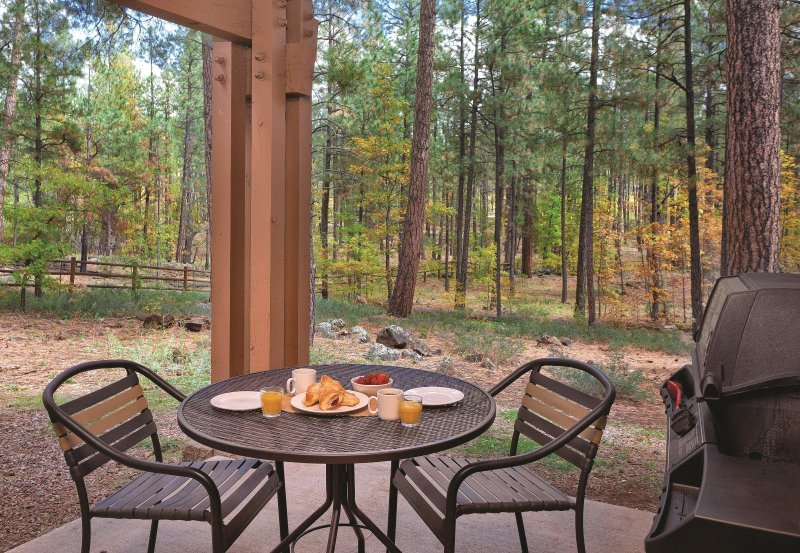 Family Friendly Condo w/ Fireplace, Resort Pool, Full Kitchen & Balcony, location de vacances à Pinetop-Lakeside