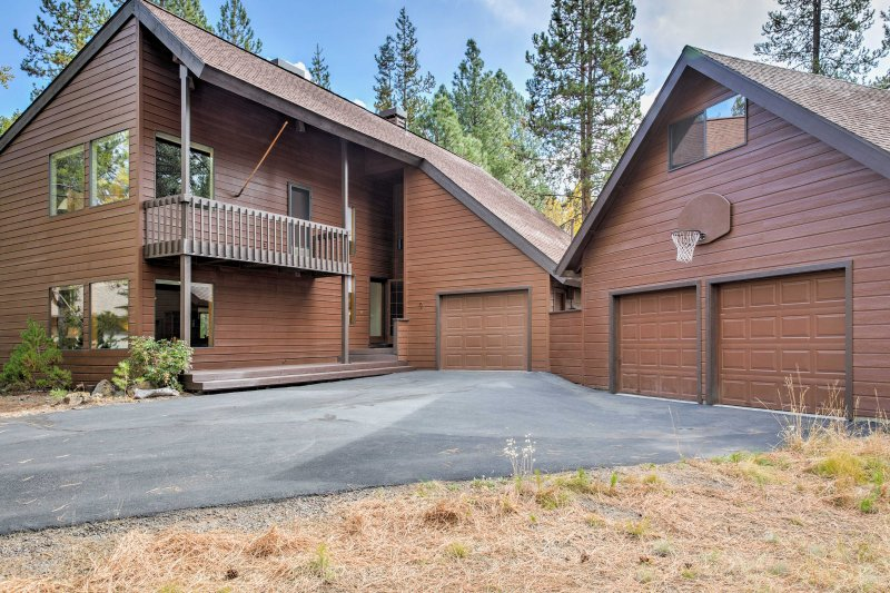 Your new favorite mountain escape awaits at this 3-bedroom, 2.5-bathroom vacation rental cabin in Sunriver.!