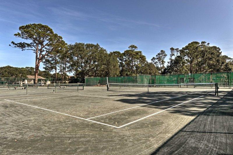 Raduna con un amico sul campo da tennis.