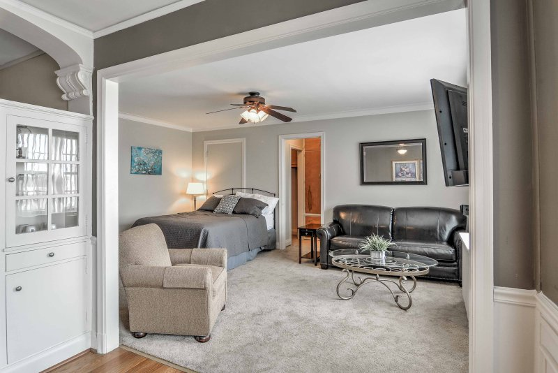 Disfrutar de una escapada relajante después de explorar Niagara Falls en el alquiler de condominio estudio primordial.