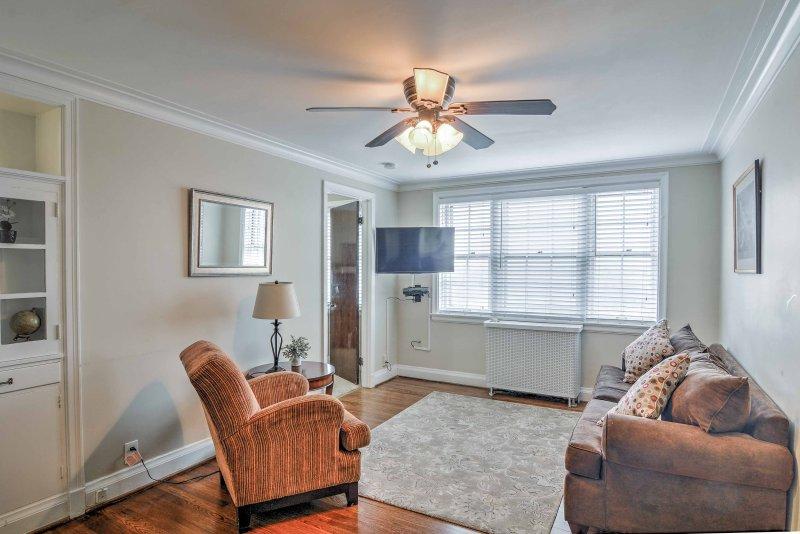 O apartamento possui um layout aberto e acomodações para 4 pessoas.