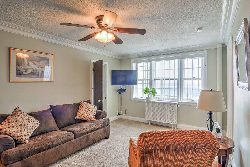 O apartamento de um quarto apresenta uma, conceito aberto espaço confortável.