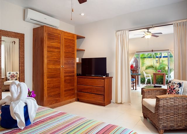 Modern, comfortable, well-appointed apartment with private garden courtyard., alquiler de vacaciones en Puerto Morelos