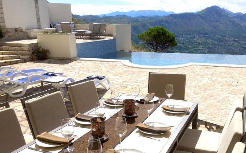 Cenare all'aperto, gustare cocktail sulla terrazza superiore o semplicemente rilassarsi sui comodi lettini