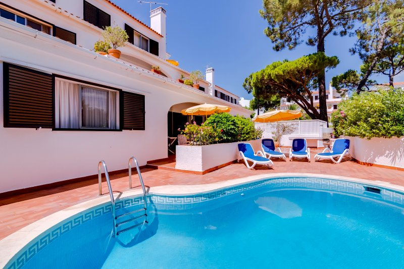 SPACIOUS 3 BEDROOM HOUSE WITH SWIMMING POOL IN VALE DO LOBO