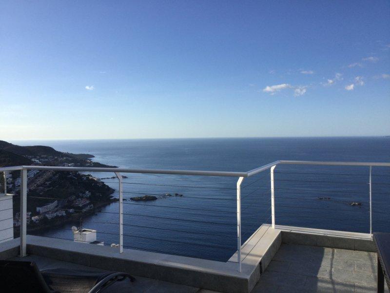 Rosas  ,Canyelles petites, vue exceptionnelle sur baie ,Maison avec piscine, holiday rental in Roses