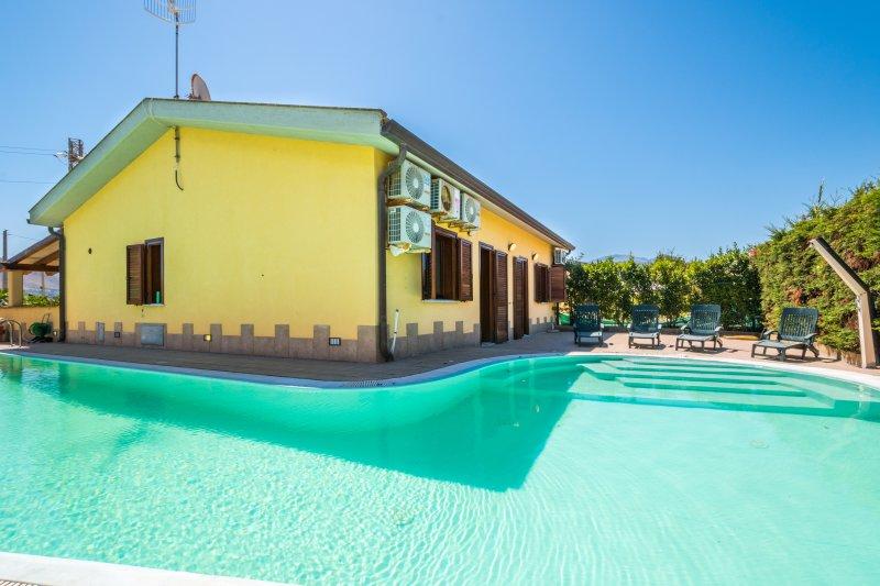 Villa Milano...con piscina!!!!!, holiday rental in Campofelice di Roccella