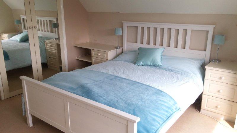 Quarto 1 - cama king-size com casa de banho privativa e WC